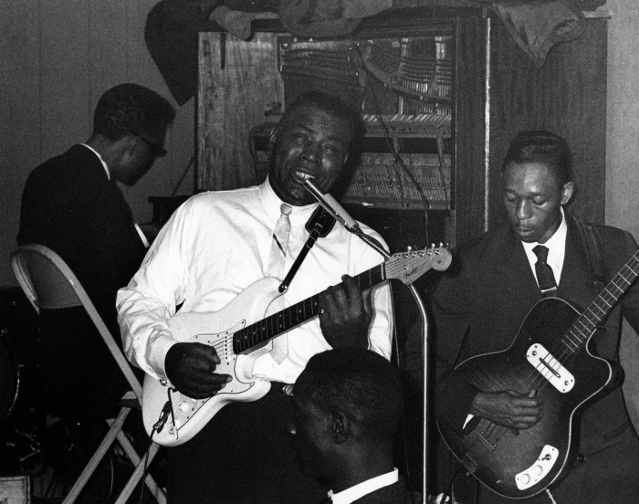 howling-wolf-and-hubert-sumlin-silvios-chicago-early-60s.jpg