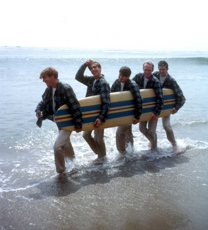 the-beach-boys-walk-along-the-beach-holding-surfboard-august-1962-la-dennis-wilson-david-marks-mike-love-carl-wilson-brian-wilson.jpg
