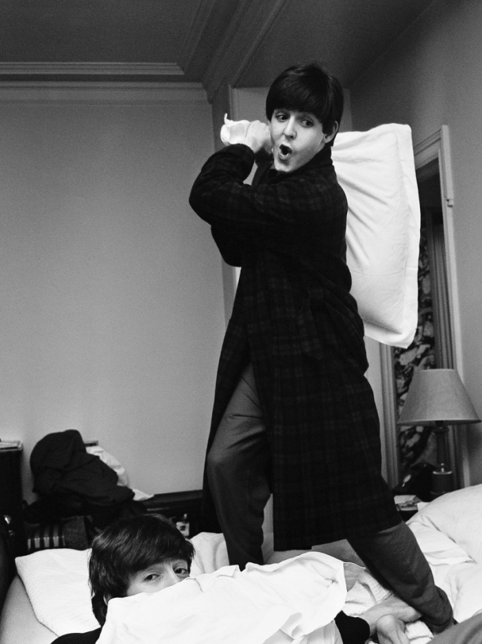 paul-hits-john-pillow-fight-george-v-hotel-paris-1964-photo-harry-benson.jpg